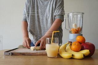 ミックスジュースを調理中の写真・画像素材[4529739]