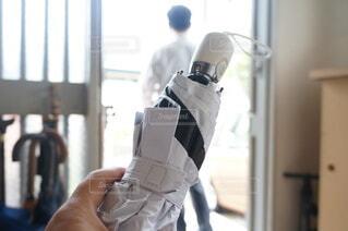 傘を忘れる会社員の写真・画像素材[4630664]