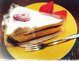 皿の上のケーキの写真・画像素材[4189330]