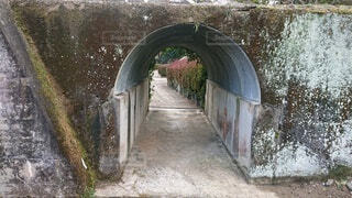 雨に穴がある石造りの建物の写真・画像素材[4204174]