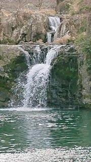 背景に木々のある滝の写真・画像素材[4204202]