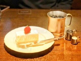 木製のテーブルの上に座っているコーヒーを一杯の写真・画像素材[4268510]