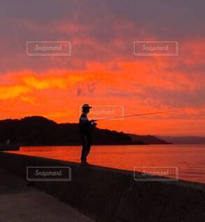 夕焼けと釣りの写真・画像素材[4176732]