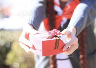 チョコを渡す女の子の写真・画像素材[4177045]