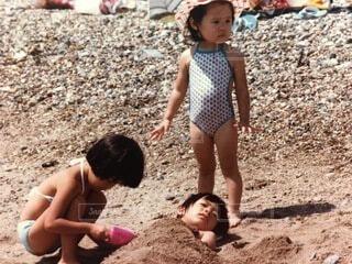 子ども,風景,屋外,ビーチ,水着,人物,人,赤ちゃん,地面,少年,若い,少し,人間の顔
