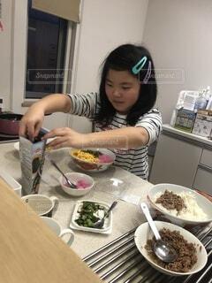 食べ物,風景,おうちごはん,キッチン,屋内,人物,人,台所,小学生,お手伝い,チラシ寿司