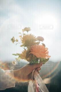 花束を掲げるの写真・画像素材[4185678]