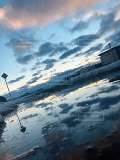 水溜まりに移る青空の写真・画像素材[4180770]