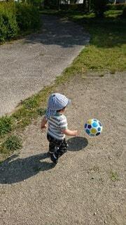 サッカーボールを蹴る少年の写真・画像素材[4187638]
