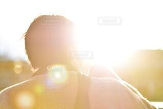 1人,モデル,風景,空,夕日,イケメン,屋外,太陽,霧,ぼかし,人物,逆光,人,ポートレート,明るい,男の子,友達,親友,バックライト,人間の顔