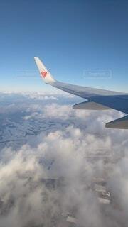 雲の上そして切れ間から地上の写真・画像素材[4190736]