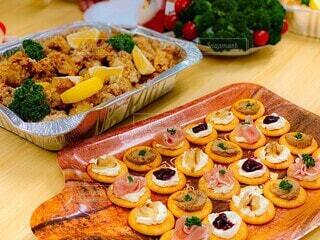 食べ物の皿をトッピングした木製のテーブルの写真・画像素材[4195630]