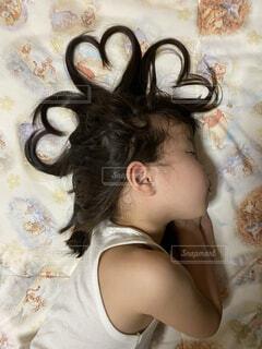 ベッドに横たわっている人の写真・画像素材[4409904]
