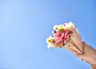 青空と花束の写真・画像素材[4235046]