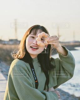 ドーナツを食べようとしている女性の写真・画像素材[4191734]