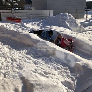お庭で雪遊びの写真・画像素材[4207660]