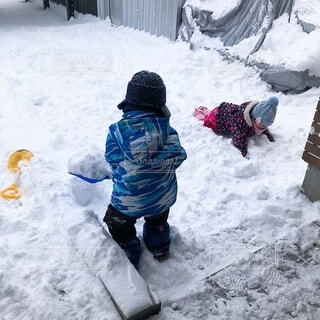 お庭で雪遊びの写真・画像素材[4207659]