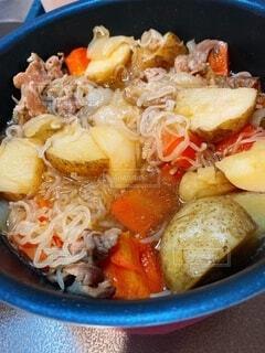 食べ物,皿,人参,肉,料理,美味しい,玉ねぎ,にんじん,肉じゃが,じゃがいも,ボウル,白滝