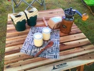 コーヒー,屋外,花瓶,草,食器,ボトル,キャンプ,キャンプ料理,ドリンク,木目,コーヒー カップ,手作りプリン