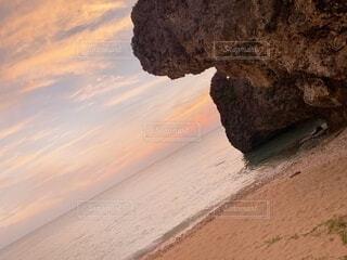 沖縄の海とグラデーションの夕焼け空の写真・画像素材[4198444]