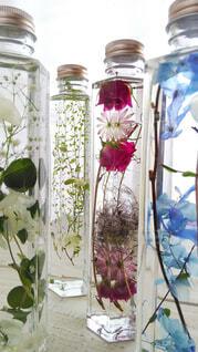 テーブルの上の花瓶の写真・画像素材[4235971]