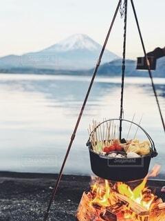 富士山と一緒に囲む鍋の写真・画像素材[4202297]