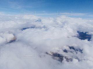 飛行機の窓から撮影した雲の上の景色の写真・画像素材[4499590]
