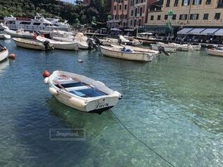 透明な水に浮かぶボートの写真・画像素材[4203998]