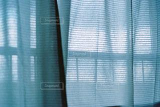 ウィンドウの横にあるシャワー カーテンの写真・画像素材[1261297]