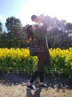 菜の花畑と幸せそうな母と娘の写真・画像素材[4208776]