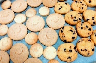 プレーンとチョコチップの手作りクッキーの写真・画像素材[4213460]