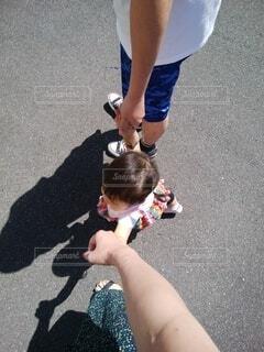 手を繋いでお散歩する親子の写真・画像素材[4219586]