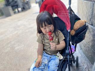 子ども,風景,アクセサリー,屋外,少女,人物,人,赤ちゃん,地面,幼児,少年,若い,少し,人間の顔