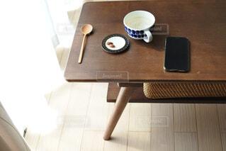 カフェ,コーヒー,屋内,花瓶,カーテン,椅子,テーブル,床,リラックス,マグカップ,食器,家具,紅茶,デスク,おうちカフェ,ドリンク,おうち,ライフスタイル,携帯電話,ボウル,コーヒー カップ,おうち時間,受け皿,コーヒー テーブル