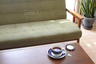カフェ,リビング,屋内,花瓶,テーブル,小皿,リラックス,家具,ソファ,紅茶,観葉植物,おうちカフェ,ドリンク,おうち,ライフスタイル,座席,コーヒー カップ,おうち時間,ティーパック,ソファー・ベッド
