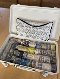 ミナペルホネンのマステコレクションとALDIN刺繍ポーチ。無印キャリーケースに並べ一目でわかる収納の写真・画像素材[4242103]