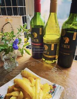 キッチン窓辺にフライドポテトと花と本ワインを並べて、キラキラ光って綺麗の写真・画像素材[4343200]