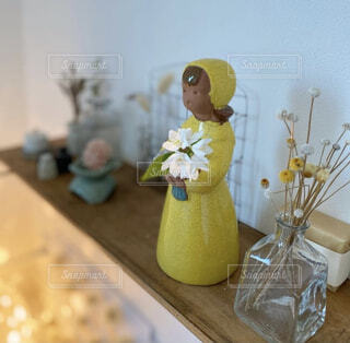 洗面所の古材の棚には北欧ヴィンテージのフラワーガール。花を活けたりライトアップで癒し空間の写真・画像素材[4392374]