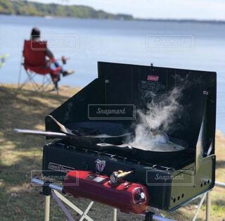 だいすきな涸沼キャンプ場。朝ごはんはツーバーナーでひらめと味噌汁。波の音を椅子に座りリラックス。の写真・画像素材[4407476]