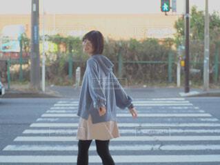 風景,屋外,コート,歩く,道路,少女,スカート,遊ぶ,人物,道,人,通り,ジャケット,履物,ズボン,ストリートファッション,ブート