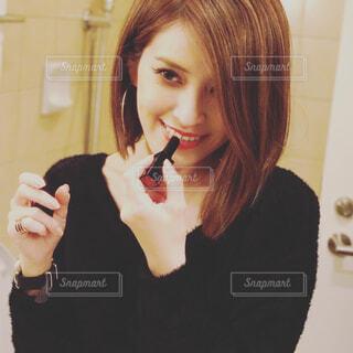 口紅を塗る鏡の中の女性の写真・画像素材[4559989]