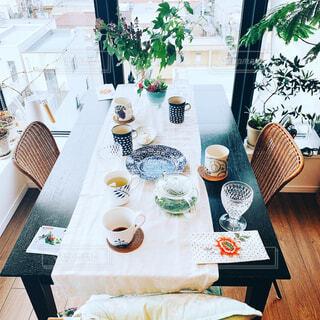 カフェ,屋内,白,花瓶,家,椅子,テーブル,リラックス,食器,家具,ティータイム,デザイン,装飾,おうちカフェ,ドリンク,ダイニングテーブル,おうち,ライフスタイル,おうち時間,ステイホーム