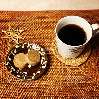 夜寝る前にとつまみのクッキーとコーヒーの写真・画像素材[4330182]