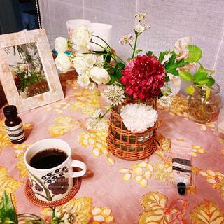 カフェ,インテリア,花,食事,リビング,屋内,花瓶,部屋,テーブル,植木鉢,リラックス,食器,デザイン,観葉植物,おいしい,おうちカフェ,ドリンク,ダイニングテーブル,ホーム,おうち,ライフスタイル,おうち時間,ステイホーム