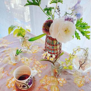 カフェ,花,コーヒー,花束,花瓶,バラ,薔薇,テーブル,植木鉢,リラックス,食器,カップ,おうちカフェ,ドリンク,おうち,ライフスタイル,草木,リラックスタイム,おうち時間,ステイホーム