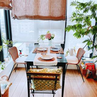 カフェ,インテリア,屋内,花瓶,窓,家,椅子,テーブル,床,リラックス,テーブルクロス,おうちカフェ,ドリンク,ホーム,おうち,ライフスタイル,おうち時間,コーヒー テーブル