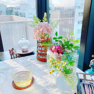カフェ,花,屋内,花瓶,窓,テーブル,キャンドル,リラックス,おうちカフェ,ドリンク,おうち,ライフスタイル,おうち時間