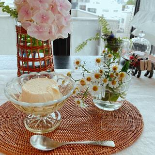 カフェ,花,花瓶,テーブル,皿,リラックス,食器,アイスクリーム,目玉,テーブルクロス,おうちカフェ,ドリンク,おうち,ライフスタイル,ワイングラス,リラックスタイム,おうち時間,ステイホーム