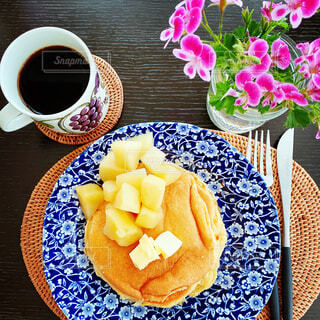 食べ物,カフェ,コーヒー,朝食,デザート,テーブル,皿,リラックス,カップ,おいしい,おうちカフェ,ドリンク,フラワーアレンジ,おうち,ライフスタイル,リラックスタイム,おうち時間,ステイホーム
