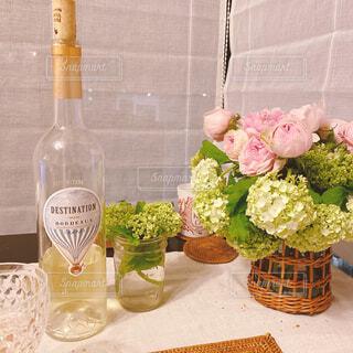カフェ,花,花瓶,バラ,薔薇,デザート,植木鉢,リラックス,ボトル,観葉植物,おいしい,おうちカフェ,ドリンク,フラワーアレンジ,ダイニングテーブル,おうち,ライフスタイル,白ワイン,花屋,リラックスタイム,おうち時間,ステイホーム